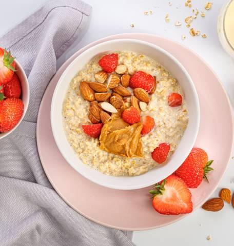 Bouillie d'avoine aux fraises, à la vanille et aux amandes