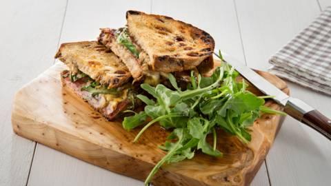 Croque de pain de seigle au salami et au fromage d'abbaye