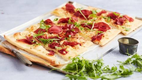 Pizza au mascarpone, à la truffe et à la bresaola