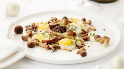 Champignons des bois aux œufs de caille