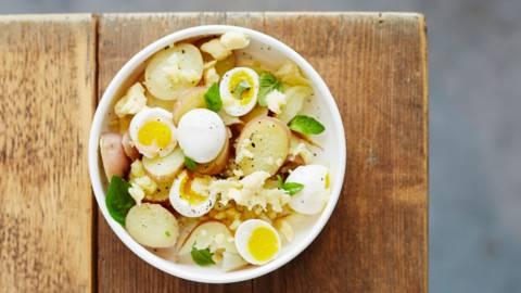 Salade de pommes de terre, œufs de caille et cheddar