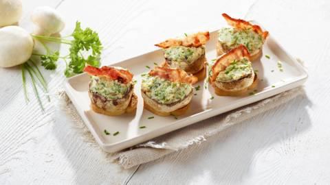 Champignons farcis au fromage et au lard, sur toast