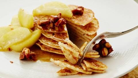 Crêpes de dessert avec compote de pommes