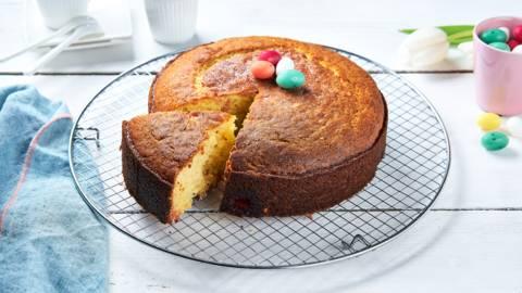 Cake à la ricotta, œufs en sucre et noisettes