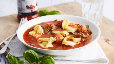 Soupe-repas aux boulettes de viande et tortelloni