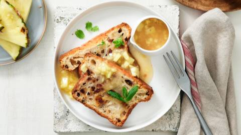 Gâteau au rhum avec sauce à l'ananas