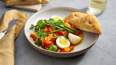 Curry aux œufs et pain naan fait maison
