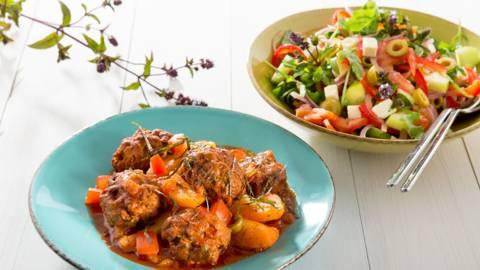 Keftedes, pommes  de terre et salade grecque