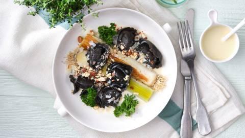 Tortelloni noirs au saumon, poireaux étuvés et sauce au vin blanc