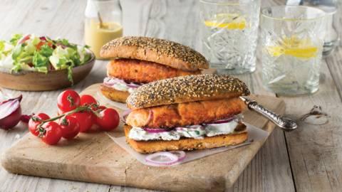 Burger de saumon et salade de concombre en sandwich