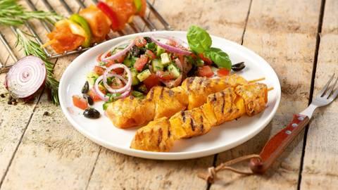 Brochettes de poulet avec une salade de concombre et de tomates
