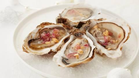 Huîtres aux noix de cajou grillées et oignon rouge confit