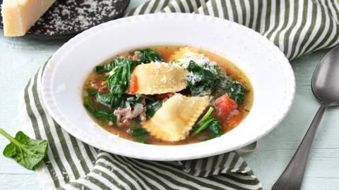 Soupe aux mezzelune, épinards et haché