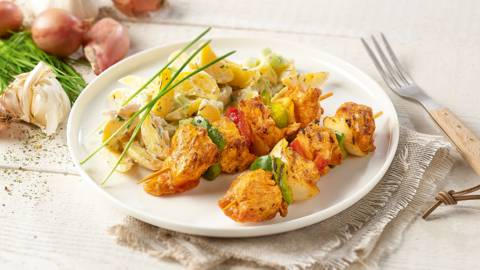 Brochettes de poulet avec une salade de pommes de terre et de concombre