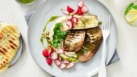 Aubergines au four avec houmous, radis marinés et flatbread