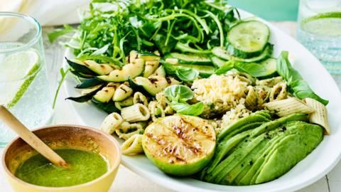 Salade de pâtes à l'avocat, courgette grillée et oeufs