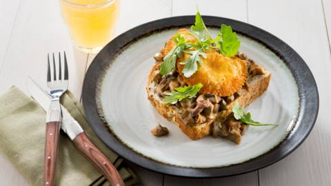 Croquettes de viande croustillantes sur toast aux champignons