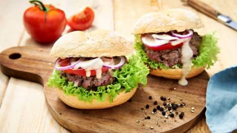 Hamburger maison, sauce au poivre noir