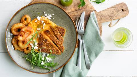 Burgers de quinoa, purée de patate douce et rondelles d'oignon croustillantes