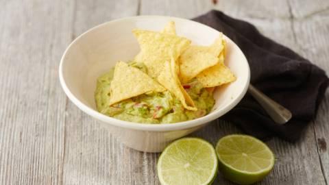 Guacamole et chips tortillas