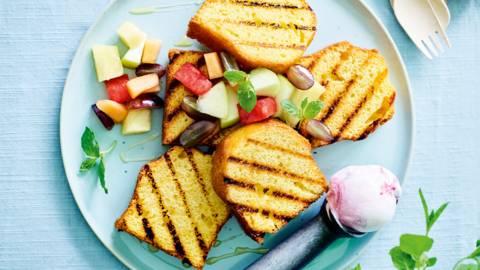Cake grillé, fruits chauds et glace