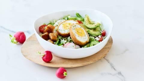 Salade de printemps aux œufs frits, huile de noix et feta