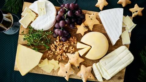 Plateau de fromages français et brioches salées