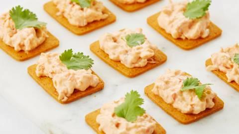 Biscuits apéritif au piment doux et salade de homard
