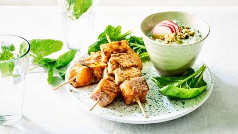 Brochettes de saumon laqué et sauce dip aux épinards & yaourt