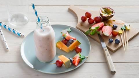 Smoothie aux fraises et brochette de fruits