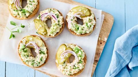 Bagels au saumon et salade aux œufs