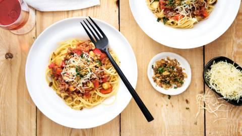 Spaghetti bolognaise et topping crunchy