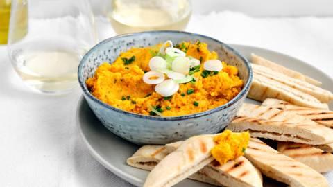 Houmous aux carottes et pains pita grillés