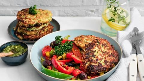 Beignets courgette-quinoa avec salade de poivrons et tomates