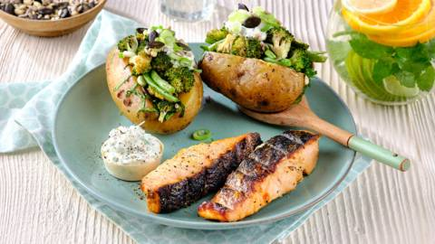 Filet de saumon mariné et pomme de terre au barbecue