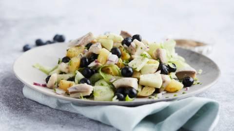 Salade de hareng aux pommes de terre grenaille, concombre et myrtilles