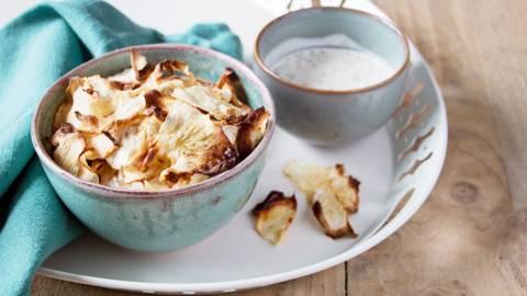 Chips de céleri-rave et sauce dip aux herbes