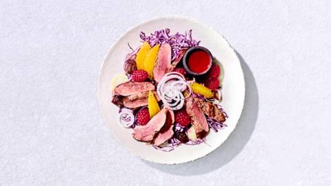 Magret de canard aux dattes, chou rouge et framboises