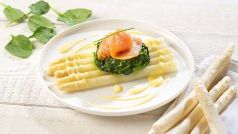 Asperges au saumon fumé, épinards et sauce mousseline