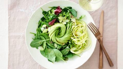 Salade verte et rose d'avocat