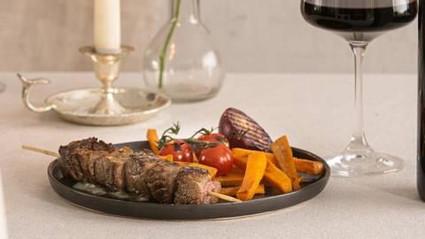 Brochette de bœuf au balsamique, beurre au roquefort et légumes grillés