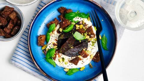 Fromage blanc léger aux betteraves rouges, pistaches et croûtons d'anchois