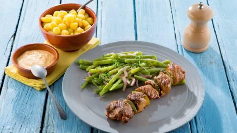 Brochette de bœuf, salade de haricots et sauce Choron