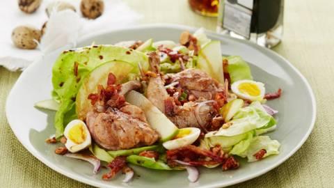 Salade de caille à la pomme et aux lardons