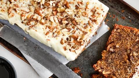 Cake aux noix recouvert de chocolat blanc