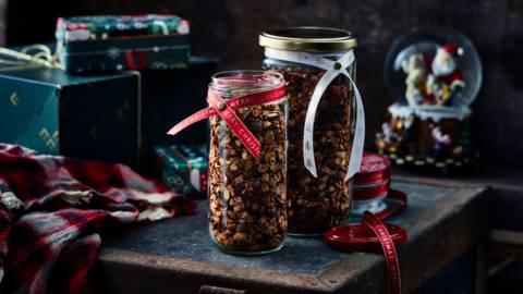 Granola de Noël aux airelles et chocolat