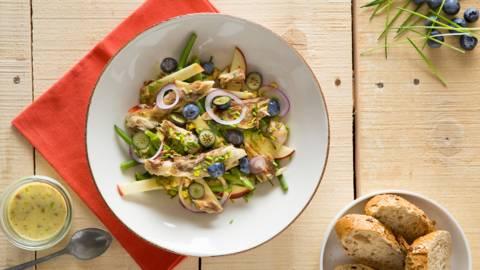 Salade de haricots verts et de maquereau, vinaigrette douce aux noix et à la moutarde