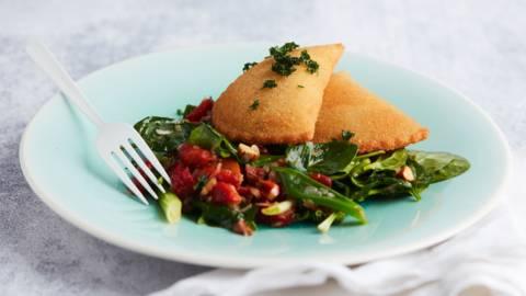Rissóis de berbigão et salade d'épinards au poivron grillé et aux amandes
