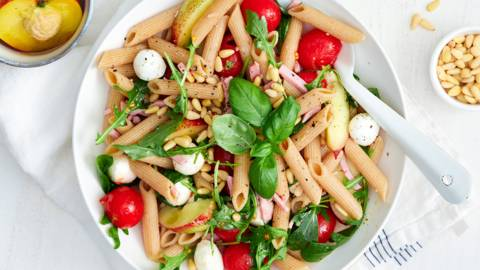 Salade de pâtes fraîcheur aux nectarines et jambon
