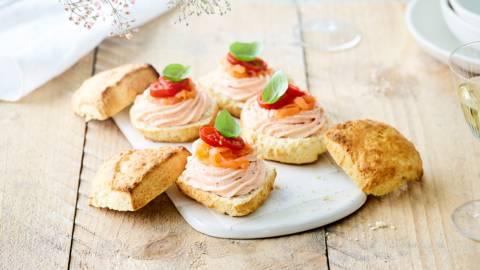 Scones à la mousse de saumon, tomates cerise et basilic